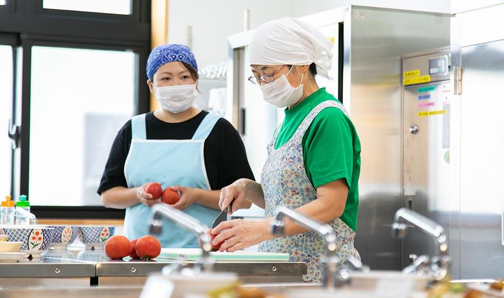 施設内の厨房で調理